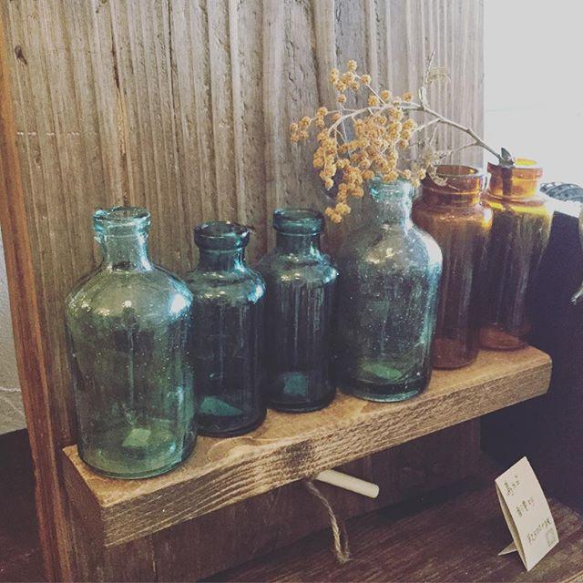 古いガラス瓶。1つあるだけで雰囲気が変わります。#束の舎 #tsukanosha #レトロ #アンティーク #雑貨 #ガラス瓶 #三鷹 - from Instagram