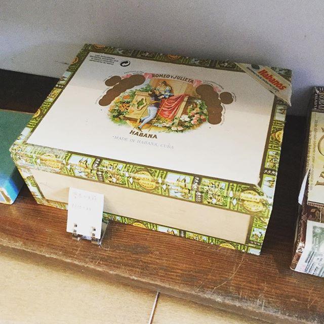 葉巻の空き箱です。木製。あと在庫2つです。#tsukanosha #束の舎 #三鷹#箱 #アンティーク #レトロ #葉巻 #販売中 - from Instagram