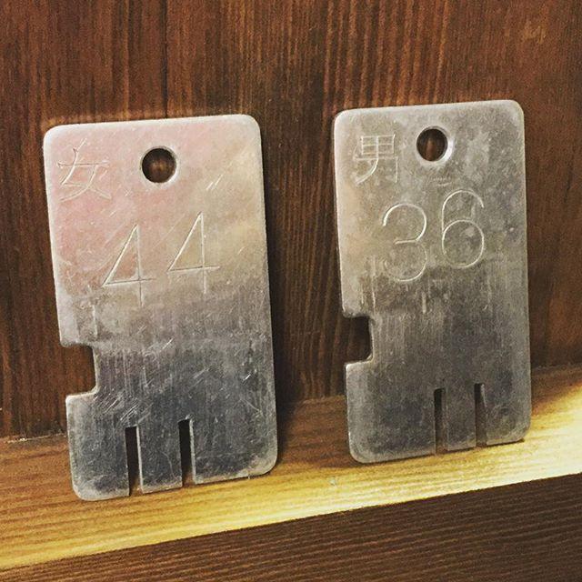 銭湯ロッカーの鍵。お誕生日に、キーホルダーにいかがですか。#束の舎 #tsukanosha #つかのしゃ #東京 #三鷹 #Mitaka #武蔵野 #雑貨 #古道具 #ブロカント #がらくた #レトロ #鍵 #銭湯 #素敵 - from Instagram