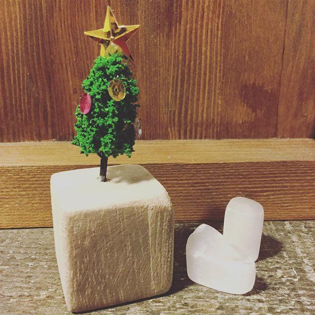 ちいさなクリスマスの木#束の舎 #tsukanosha #つかのしゃ #東京 #三鷹 #Mitaka #武蔵野 #雑貨 #ブロカント #古道具 #がらくた #ハンドメイド #作家 #素敵 #かわいい #ちいさい #クリスマス #Christmas - from Instagram