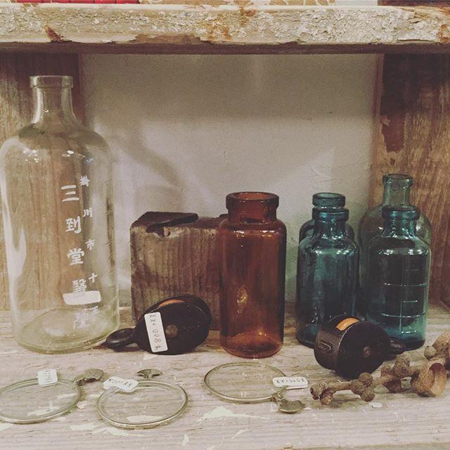 古き良き瓶#束の舎 #tsukanosha #つかのしゃ #東京 #三鷹 #Mitaka #武蔵野 #雑貨 #ブロカント #古道具 #がらくた #レトロ #古物 #素敵 #ガラス瓶 - from Instagram