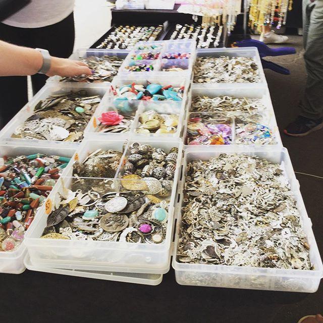 Glebe flea market at Sydney.so many people there.グリープマーケットは若者で賑わう。作家物も多いです。#束の舎 #tsukanosha #つかのしゃ #東京 #三鷹 #Mitaka #武蔵野 #雑貨 #ブロカント #古道具 #がらくた #レトロ #蚤の市 #マーケット #market #collect #仕入れ - from Instagram
