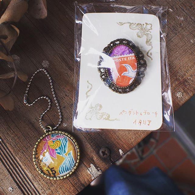 海外切手のペンダントトップ、プローチ#束の舎 #tsukanosha #つかのしゃ #brocca #brocante #東京 #三鷹 #Mitaka #武蔵野 #雑貨 #ブロカント #古道具 #がらくた #レトロ #蚤の市 #マーケット #market #collect #stamp #切手 #古切手 #紙もの #素敵 - from Instagram