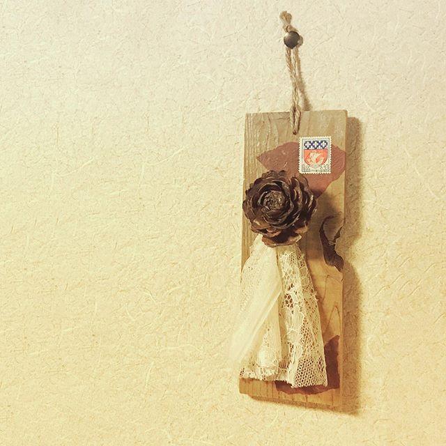 a wall decoration#束の舎 #tsukanosha #つかのしゃ #brocante #三鷹 #Mitaka #ブロカント #古道具 #がらくた #レトロ #蚤の市 #stamp #切手 #ephemera #古切手 #紙もの #古いもの #アジ紙 #味紙 #scrapbook #スクラップブッキング #コラージュ #collage #vintage #junkjournal #balletjournal - from Instagram